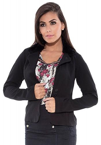 casaco preto detalhado na gola com pelo via tolentino viaevangelica frente