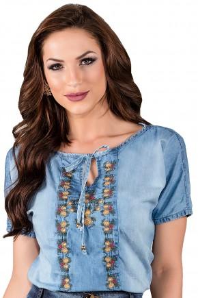 blusa jeans azul clara detalhe amaracao bordada titanium viaevangelica frente detalhe