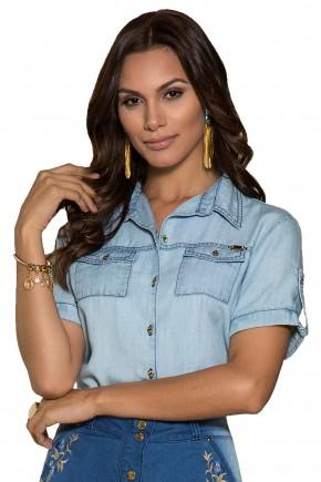 camisa jeans claro bolsos manga curta nitido viaevangelica frente detalhe