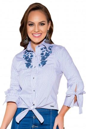 camisa listras lilas aplicacao floral azul gola amarracao cintura e mangas titanium viaevangelica frente