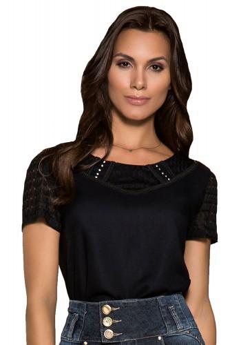 blusa preta manga curta renda gola detalhe guipir e strass nitido jeans frente detalhe