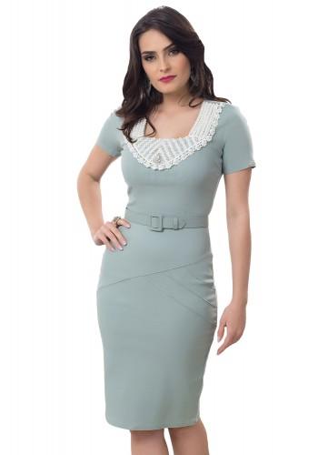 vestido verde pastel social tubinho com cinto guipir branco e bordado em pedrarias decote bella heranca frente