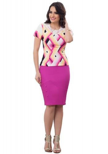 conjunto blusa estampa geometrica colorida decote guipir saia reta rosa pink detalhe botoes bella heranca frente