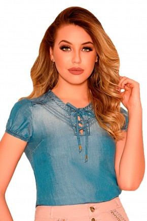 blusa jeans clara manga curta decote amarracao e nervuras nitido frente detalhe
