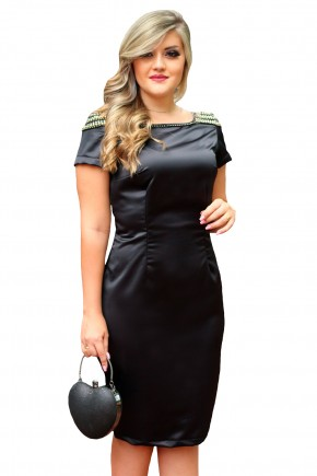 vestido preto justo tubinho acetinado manga curta ombros bordados pedrarias monia frente